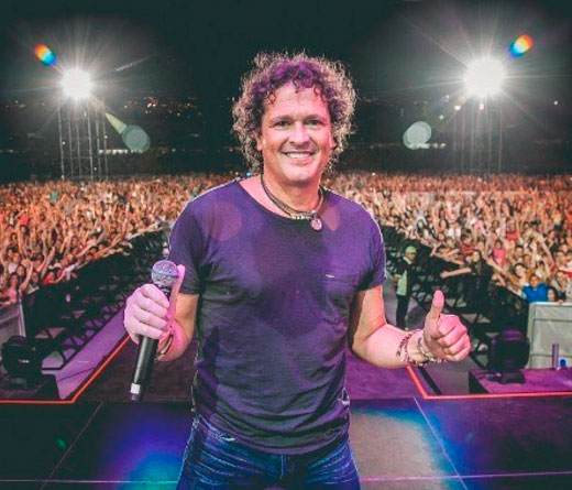 Carlos Vives - Fan besa a Carlos Vives